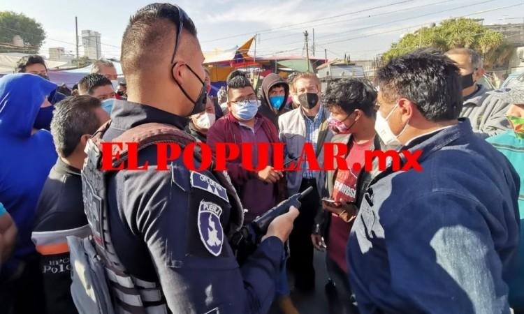 Trifulca entre tianguistas y autoridades por operativo en el tianguis de Los Lavaderos