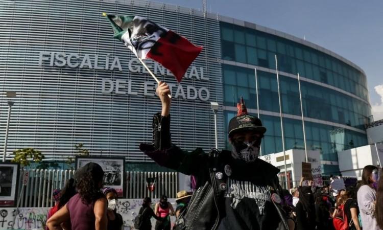 Las vallas fueron derrumbadas; feministas en Puebla hicieron vibrar el #8M2021