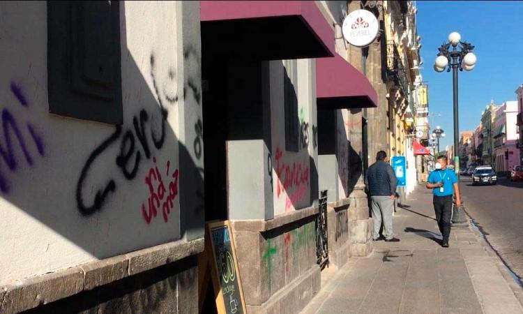 Centro de Puebla amanece con algunos daños en negocios, aun así operan con normalidad