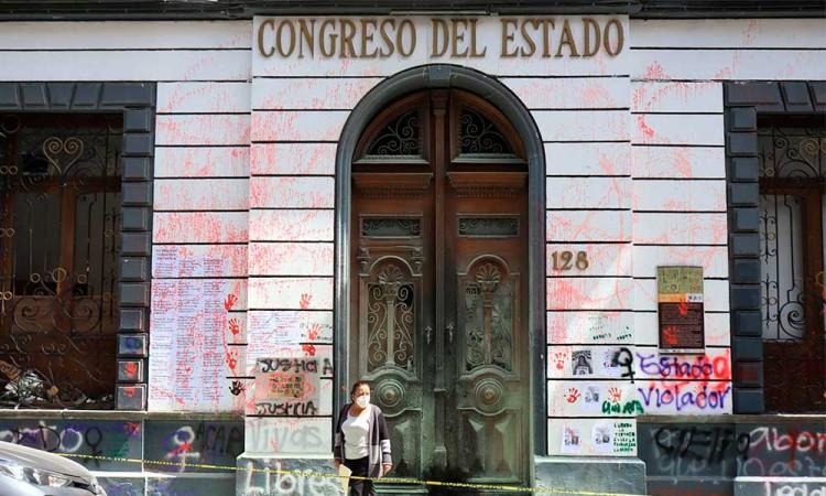 Congreso del estado de Puebla cumplió, denuncia a feministas por pintas al inmueble