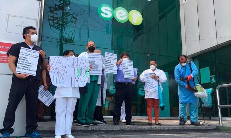 """""""Por ti, por mí y por mi familia"""", personal de la salud en Puebla piden ser vacunados"""
