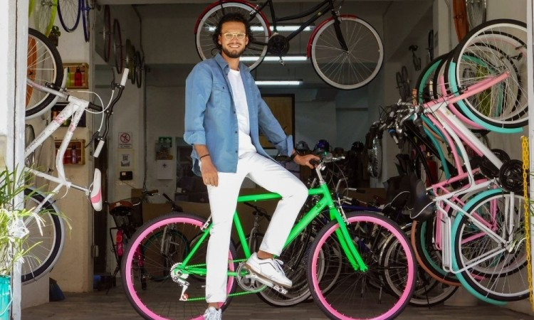 Con 2 mil pesos y determinación, egresado de Administración BUAP emprendió su empresa de bicis