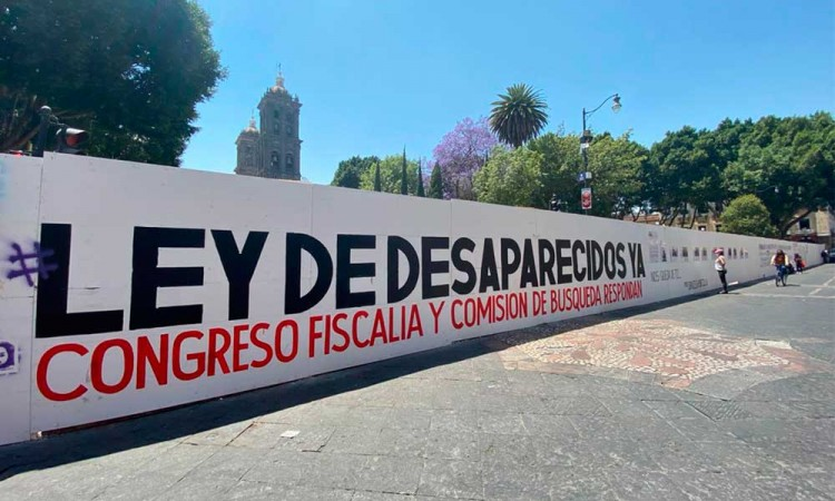 Colocan rostros de personas desaparecidas en muros del Zócalo de Puebla