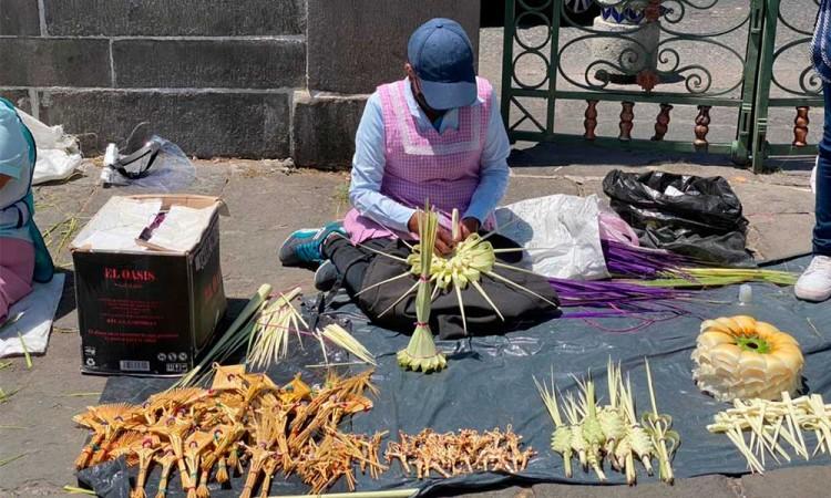 Reportan artesanos de palmas ventas bajas durante el Domingo de Ramos en Puebla