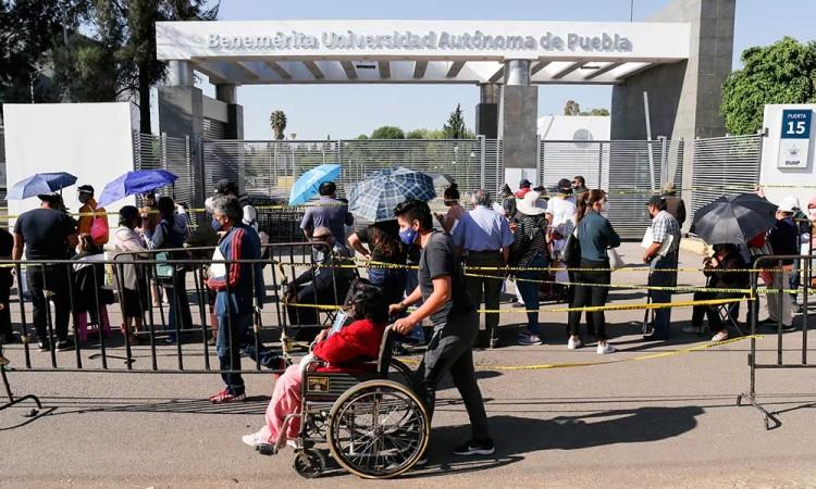 Eventos desafortunados en el segundo día de vacunación covid en Ciudad Universitaria de Puebla: un infarto y varios desm