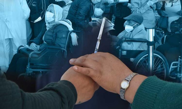 Abuelitos reciben vacuna contra el Covid acompañados de familiares