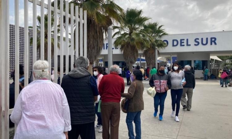 Se generan largas filas en el Hospital del Sur en Puebla capital