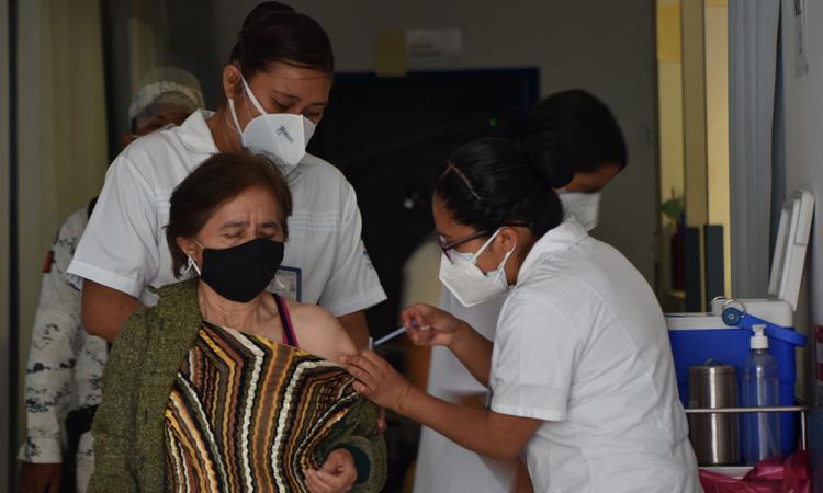 Mejora logística en aplicación de vacunas anticovid a adultos mayores