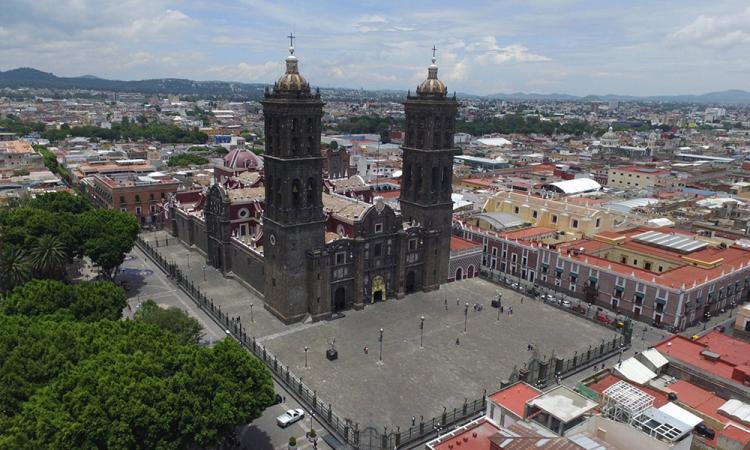 Sin importar contingencia sanitaria, poblanos y turistas pasean por la catedral de Puebla