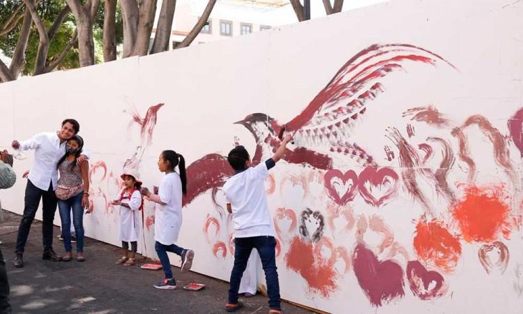 Niños en situación de calle pintan mural para visibilizar su situación precaria en Puebla