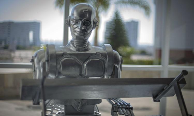 Develan escultura a Don Cuco 'El Guapo' primer robot pianista con inteligencia artificial