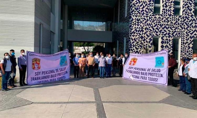 Trabajadores del SNTSA Puebla se manifestaron para exigir vacunas contra covid para el personal médico