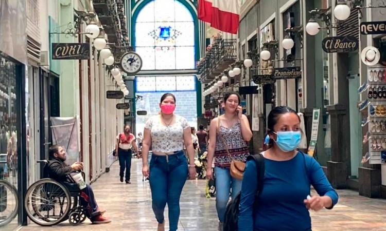 ¡No entienden! Poblanos continúan paseos por Centro Histórico sin temor al Covid-19