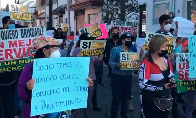 Locatarios del mercado Amalucan bloquean la carretera federal a Tehuacán para exigir las obras de remodelación