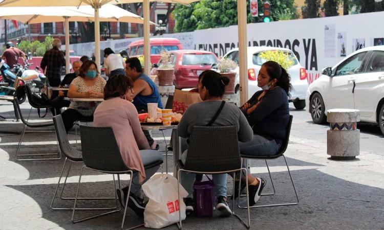 """""""Respiran"""" restaurantes y comercios en Puebla al disminuir restricciones por covid-19"""