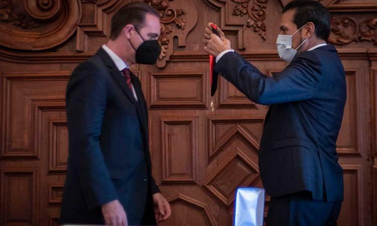 Entrega Alfonso Esparza Doctorado Honoris Causa al doctor Eduardo Ferrer