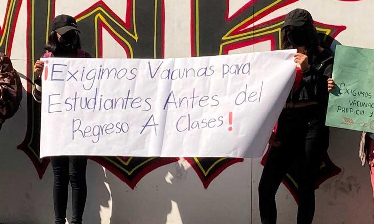 Estudiantes en Puebla exigen vacunas anti-covid para regresar a clases presenciales