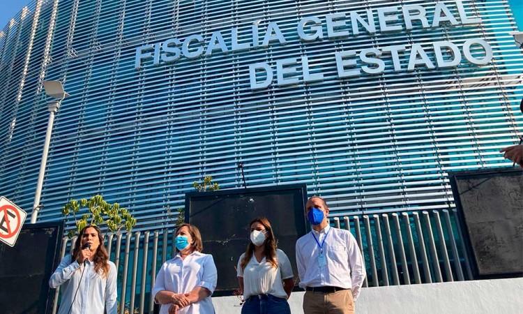 Candidatos a diputaciones federales de Va por México realizan una toma simbólica en las instalaciones de la FGE de Puebla