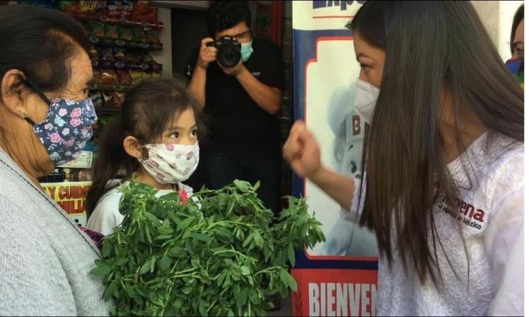 Defiende Claudia Rivera su registro y arranca campaña con caminata en Xochimehuacan