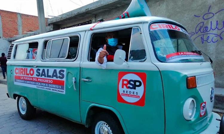 """Candidato a diputado local en Puebla convierte combi en """"Ciri Móvil"""" para su campaña"""