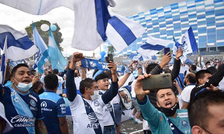 Sin miedo a rebrote de contagios por Covid, aficionados acuden al partido del Club Puebla