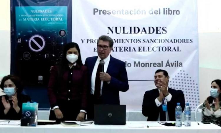 Claudia Rivera merece seguir dirigiendo el municipio, asegura Ricardo Monreal al presentar su libro en Puebla