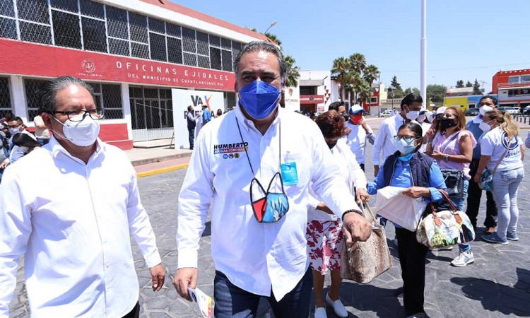 Humberto Aguilar  firma compromisos a favor de las mujeres poblanas y del país