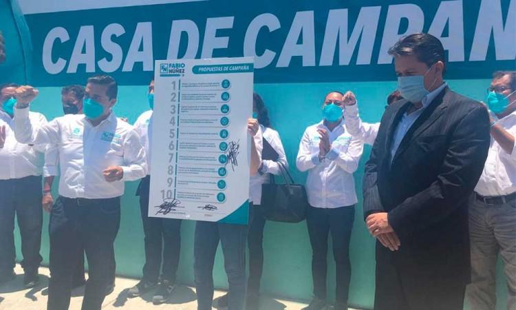 Ante notario, Fabio Núñez candidato a diputado local de Puebla firmó sus compromisos de campaña