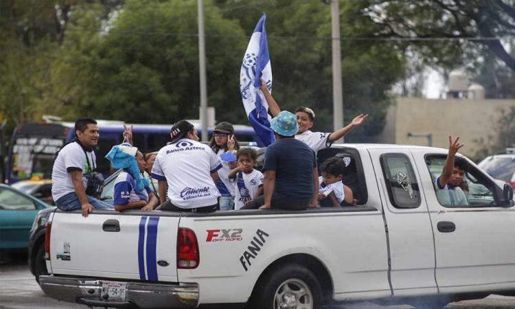 Aficionados llegan al Cuauhtémoc para partido del Club Puebla vs Santos