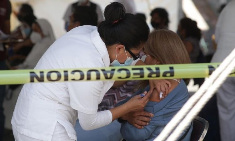 Maestros en Puebla aseguran que aplicarse la vacuna es una responsabilidad ciudadana