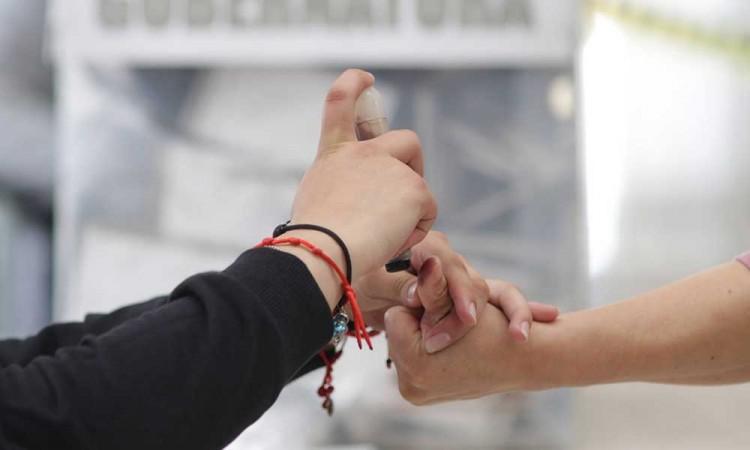 Ciudadanos acuden a votar a casilla de la CAPU después de las 6 de la tarde