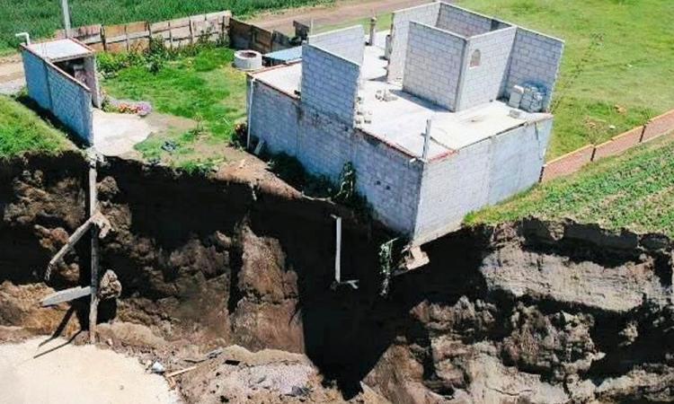 """Habría un río subterráneo debajo del socavón en Zacatepec; """"no es un lugar turístico"""", alerta PC"""
