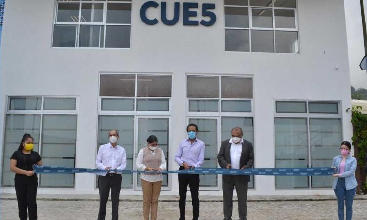 Rector Alfonso Esparza Ortiz entrega nuevo edificio para la preparatoria en Cuetzalan
