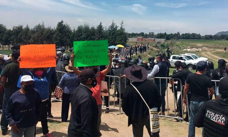 """""""Somos afectados"""", reclaman pobladores a Barbosa en su visita al socavón en Zacatepec"""
