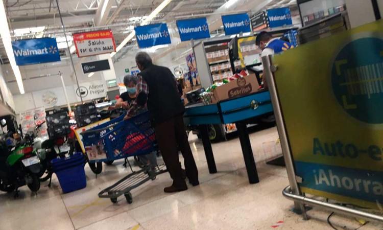 Ante ausencia de empacadores de la tercera edad, los mismos abuelitos embolsan su despensa en Walmart