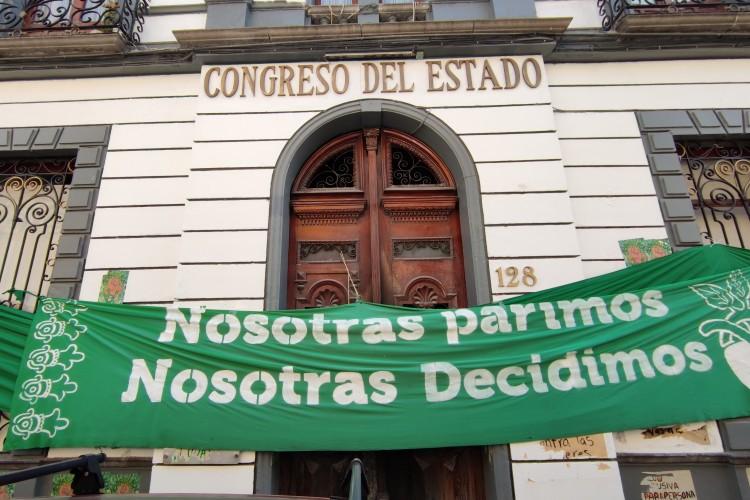 colectivas feministas cuelgan consignas afuera del congreso poblano