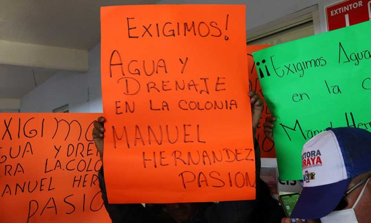 Realizan protesta en las instalaciones de Conagua Puebla para exigir servicio de agua potable