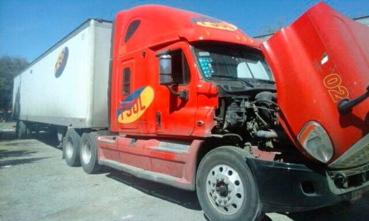 Hallan bodega de camiones robados