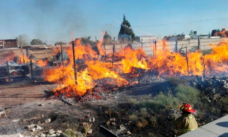 Sofocan bomberos tres incendios