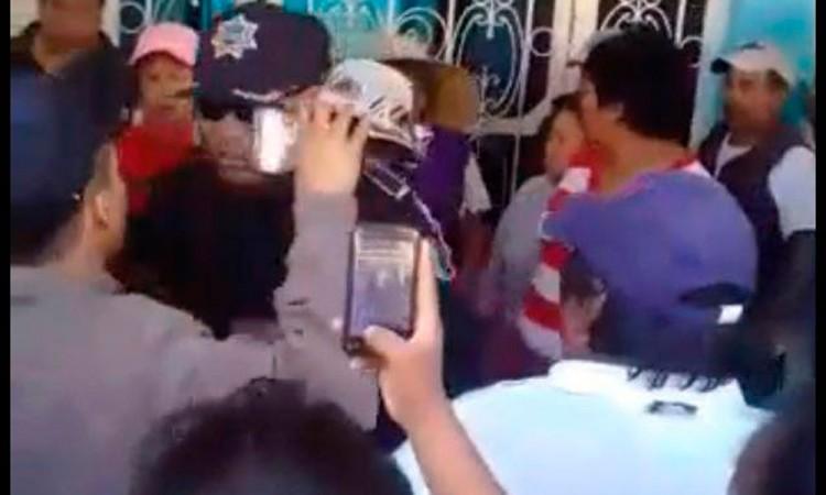 Retienen vecinos a  alcalde de Soltepec