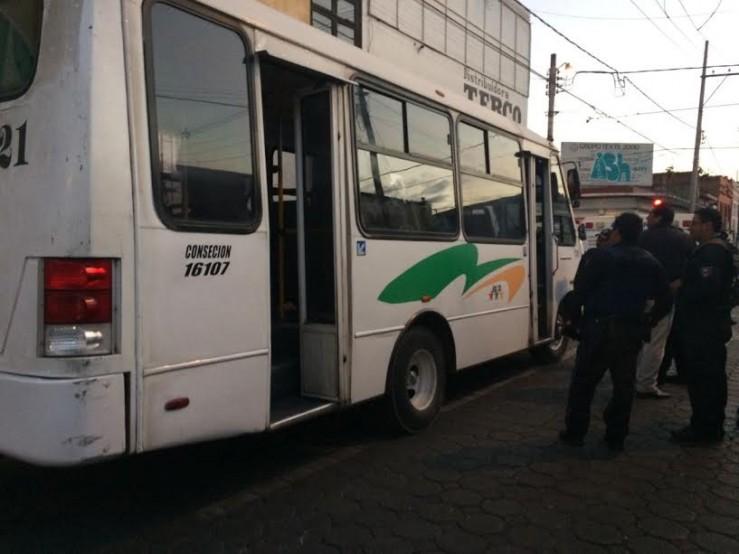 A martillazos atracan microbús en el centro