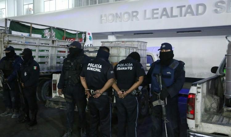 Detienen a policías municipales por posible protección a huachicoleros