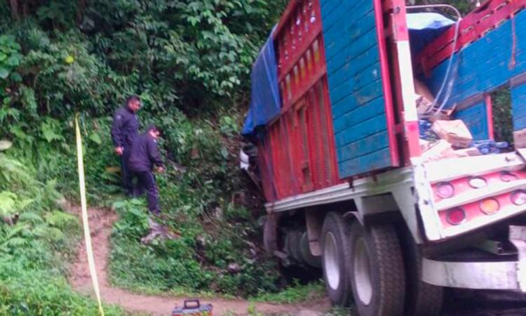 Pierde el control conductor de camión y fallece prensado