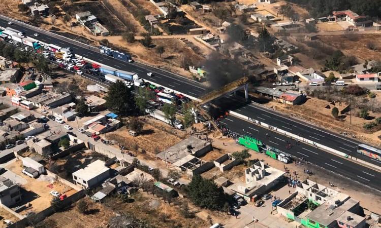 Arden los ánimos en Tlahuapan; habitantes bloquean la México-Puebla