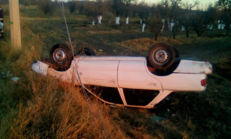 Abandonan vehículo tras aparatosa volcadura