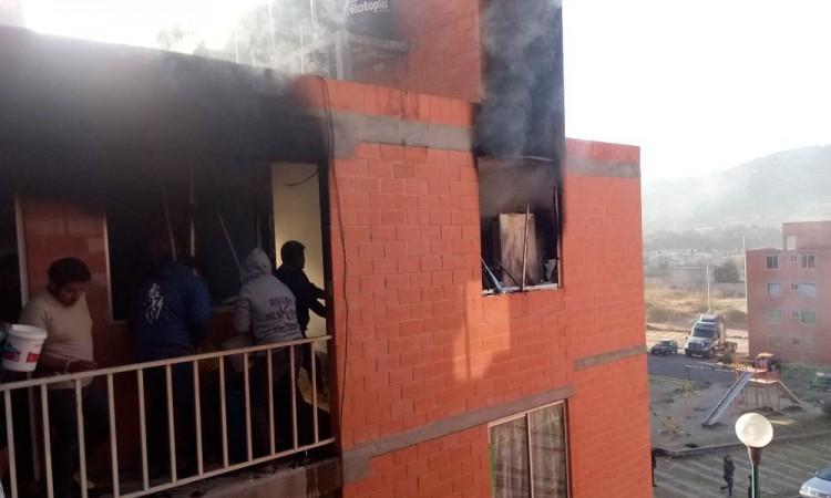 Arde departamento en Amozoc