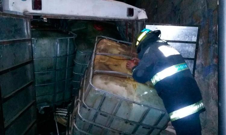 Aseguran microbús con mil 500 litros de huachicol