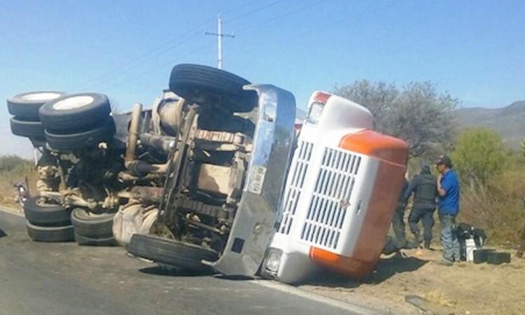 Vuelca camión sobre la  federal Puebla-Tehuacán