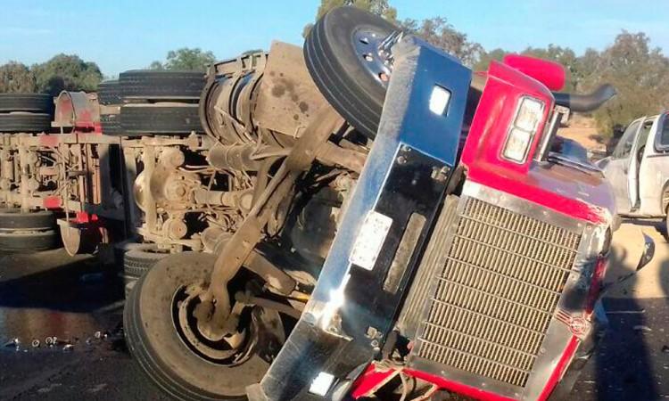 Vuelca tractocamión cargado con 30 toneladas de sorgo