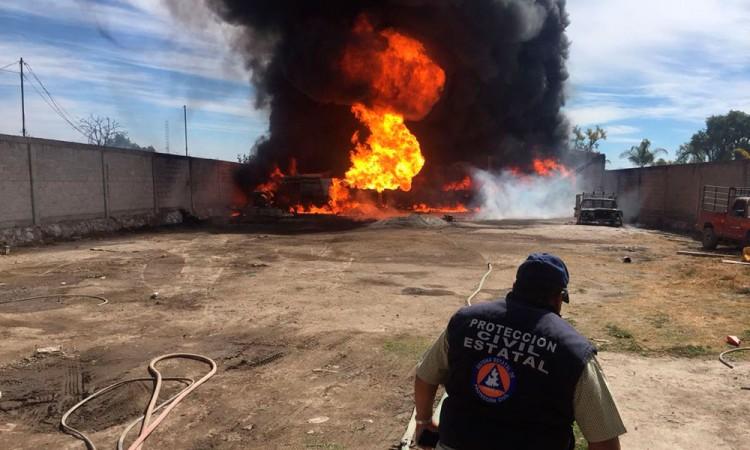 Explota bodega con huachicol en Los Reyes de Juárez